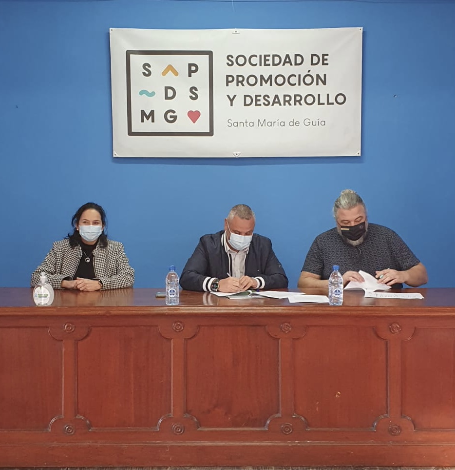 Isabel Rodríguez, concejala de igualdad, Alfredo Goncalves, concejal de deportes y el gerente del colectivo Gamá, Ricardo González